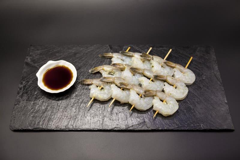 Tygrysich garneli shish kebabs teriyaki na drylują talerza z soja kumberlandem obraz stock