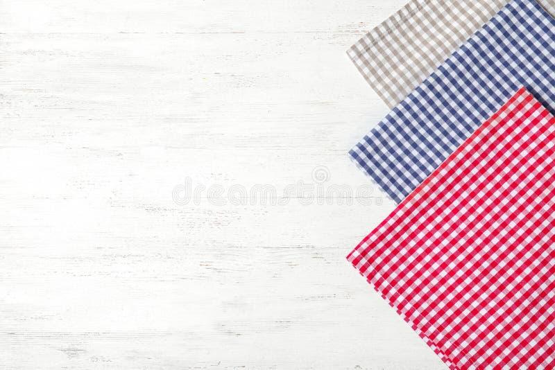 Tygservetter och utrymme för text på träbakgrund arkivfoto