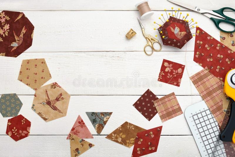 Tygstycken av olika geometriska former för sömnadtäcket, traditionell patchwork som syr och vadderar tillbehör arkivbild