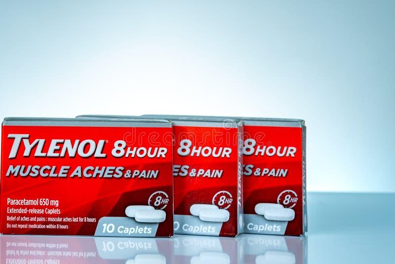 Tylenol caplets расширенн-отпуска 8 часов 650 в красной упаковке на предпосылке градиента Лекарство для боли сброса, лихорадки, б стоковая фотография