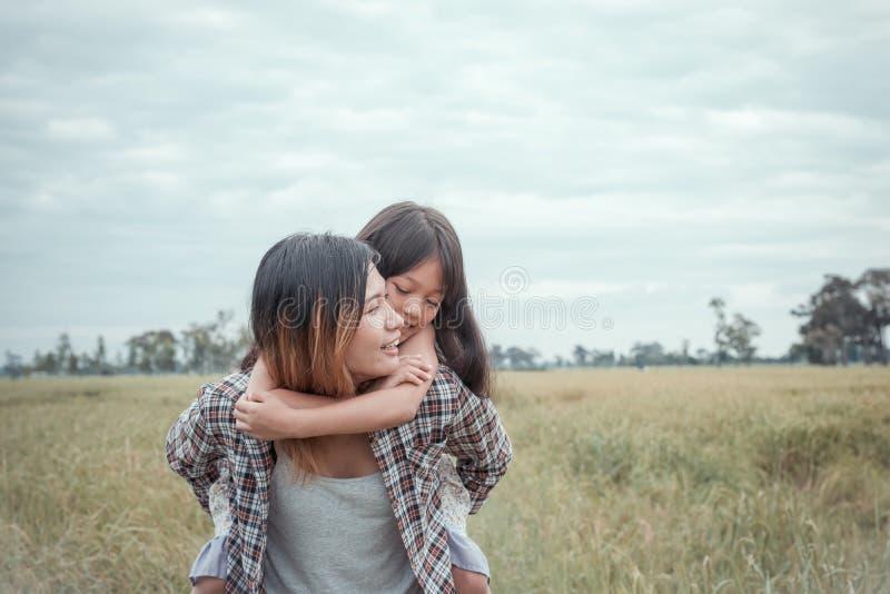 tylna córka daje matki parka przejażdżce zdjęcia royalty free