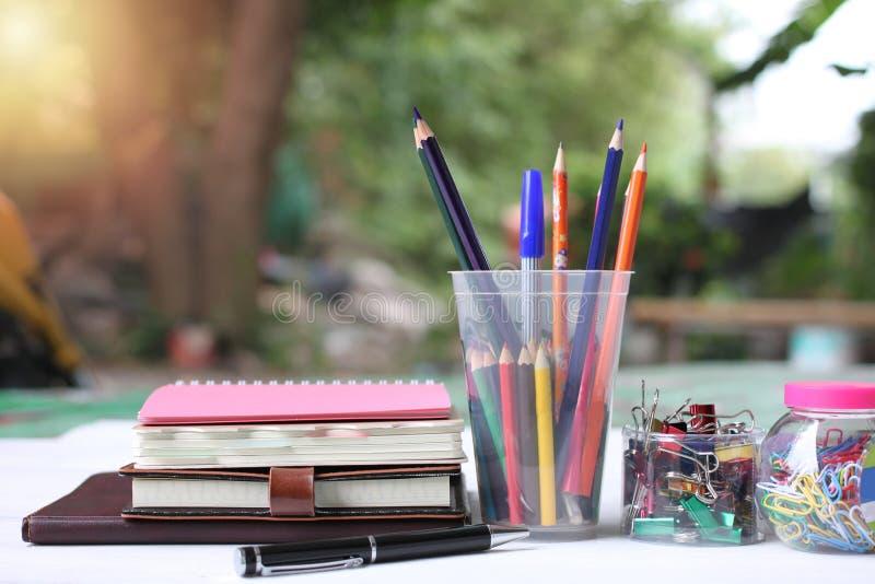 tylna koncepcji do szkoły Książki i dostawy na białej drewnianej podłodze zdjęcie stock