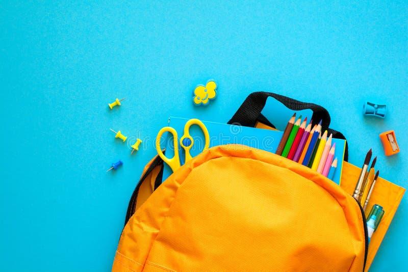 tylna koncepcji do szkoły Plecak z szkolnymi dostawami Odgórny widok kosmos kopii stonowany zdjęcia royalty free