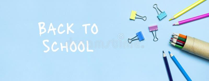 tylna koncepcji do szko?y Drewniani barwioni ołówki, papierowe klamerki na błękitnym tło odgórnego widoku mieszkaniu kłaść kopii  obraz stock
