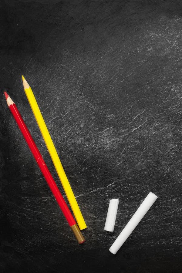 tylna koncepcji do szko?y Edukaci t?o z copyspace i colourful o??wki na Czarnym starym pustym chalkboard obrazy royalty free