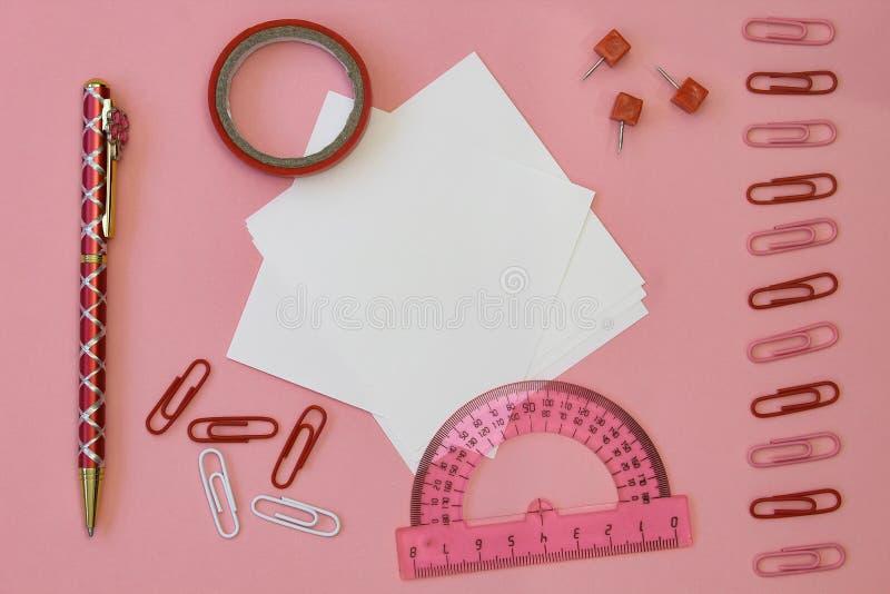 tylna koncepcji do szko?y Tapetuje dla pisać z ołówkami, klamerkami i taśmą, na różowym tle Mieszkanie nieatutowy, odg?rny widok, fotografia royalty free