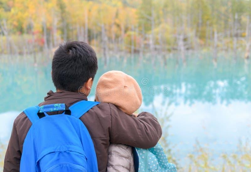 Tylna strona brata przytulenia siostra przy Błękitnym stawem zdjęcie royalty free
