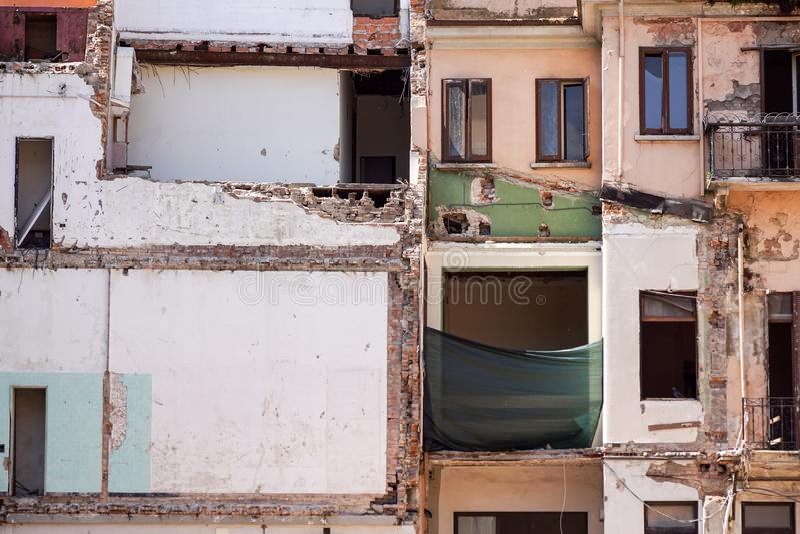 Tylna strona zaniechany ceglany budynek mieszkaniowy w Manhattan, odkrywczym miastowym gniciu pożarniczej ucieczce i graffiti, da zdjęcia stock