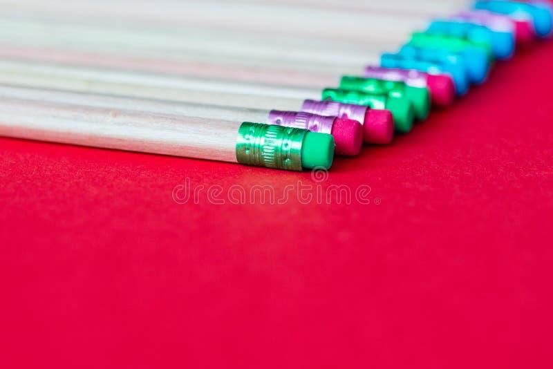 tylna szkoły Ołówki na koloru papieru tle z kopii astronautyczny używać jako sztuka, rysunek, kreślący, pisać minimalnym pojęciu fotografia royalty free