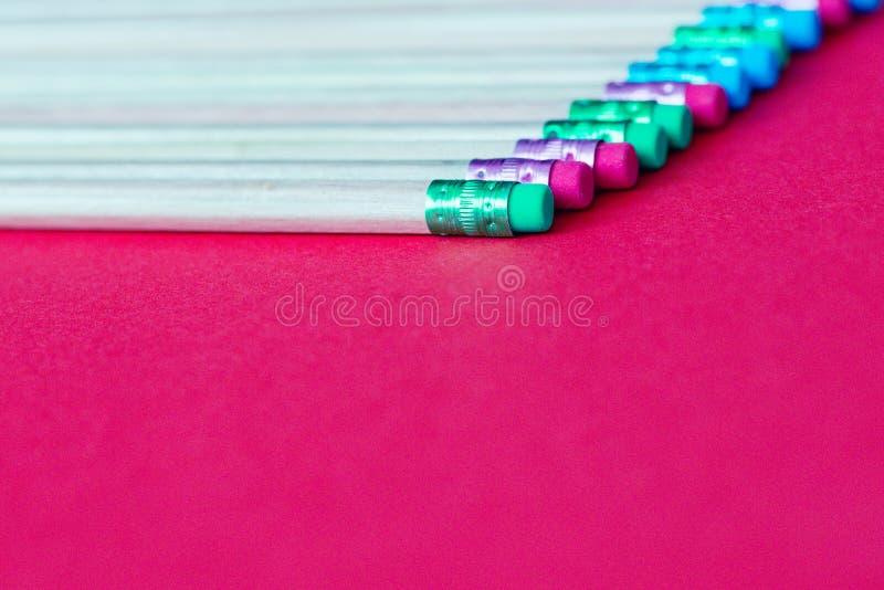 tylna szkoły Ołówki na koloru papieru tle z kopii astronautyczny używać jako sztuka, rysunek, kreślący, pisać minimalnym pojęciu zdjęcie royalty free