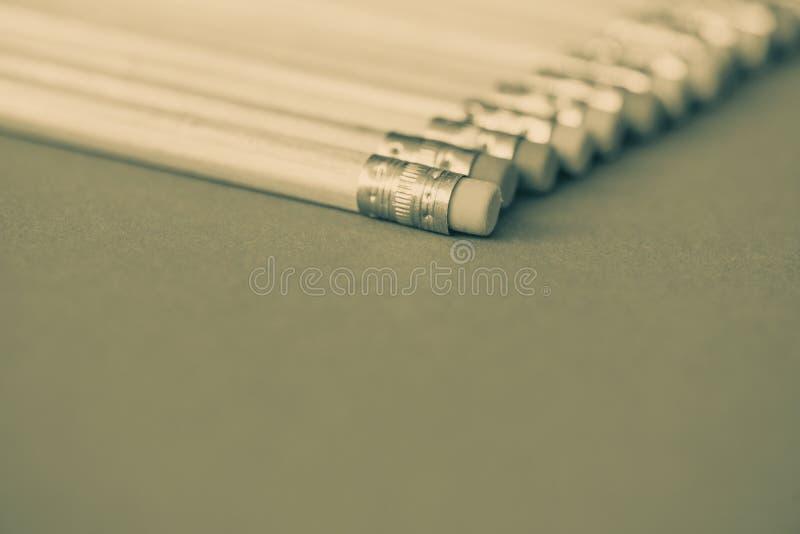 tylna szkoły Ołówki na koloru papieru tle z kopii astronautyczny używać jako sztuka, rysunek, kreślący, pisać minimalnym pojęciu zdjęcie stock