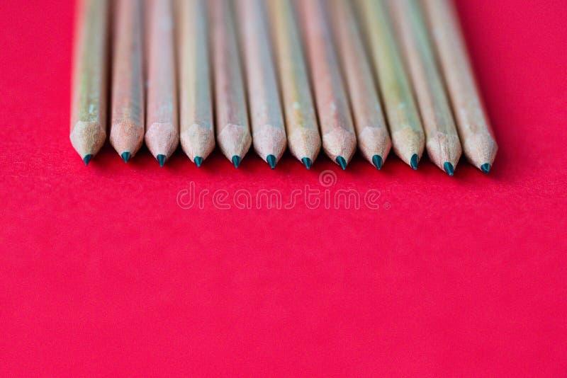 tylna szkoły Ołówki na koloru papieru tle z kopii astronautyczny używać jako sztuka, rysunek, kreślący, pisać minimalnym pojęciu zdjęcia stock