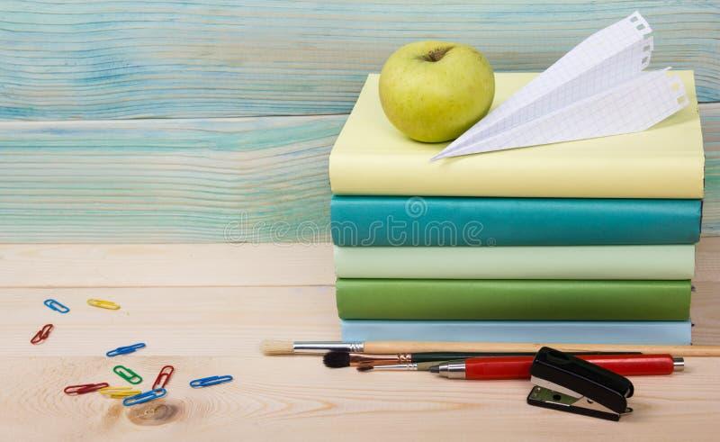 tylna szkoły Sterta kolorowe książki na drewnianym stole kosmos kopii obraz stock