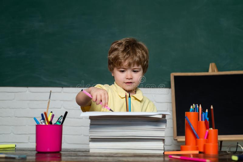 tylna szko?y Śliczna mała preschool dzieciak chłopiec nauka w sali lekcyjnej Poj?cie edukacja i czytanie Nauczyciela dzie? zdjęcie stock