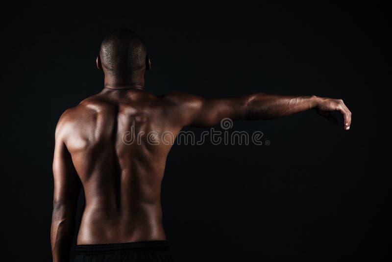 Tylna widok fotografia półnagi mięśniowy sporta mężczyzna z prawymi brzęczeniami, zdjęcia stock
