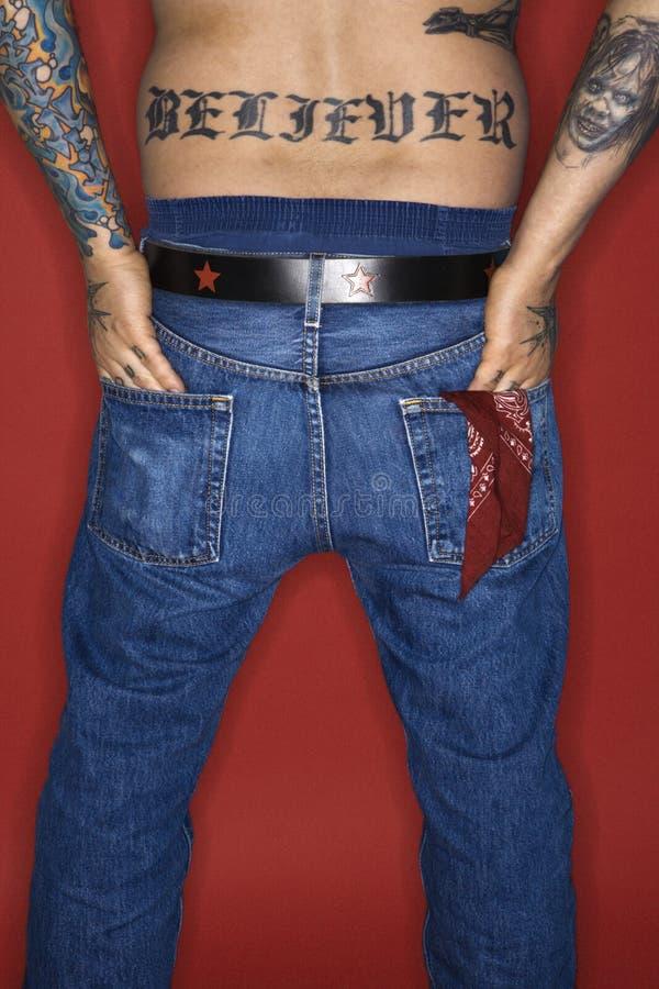 tylne dorosłego męskiego wierzący odczyty tatuaż zdjęcie royalty free