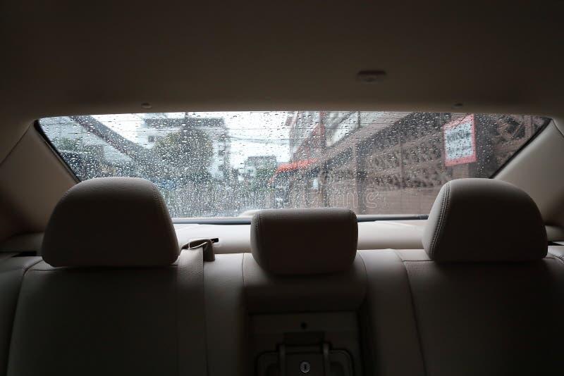Tylne siedzenie wśrodku pojazdu samochodu z deszcz kroplą obrazy stock