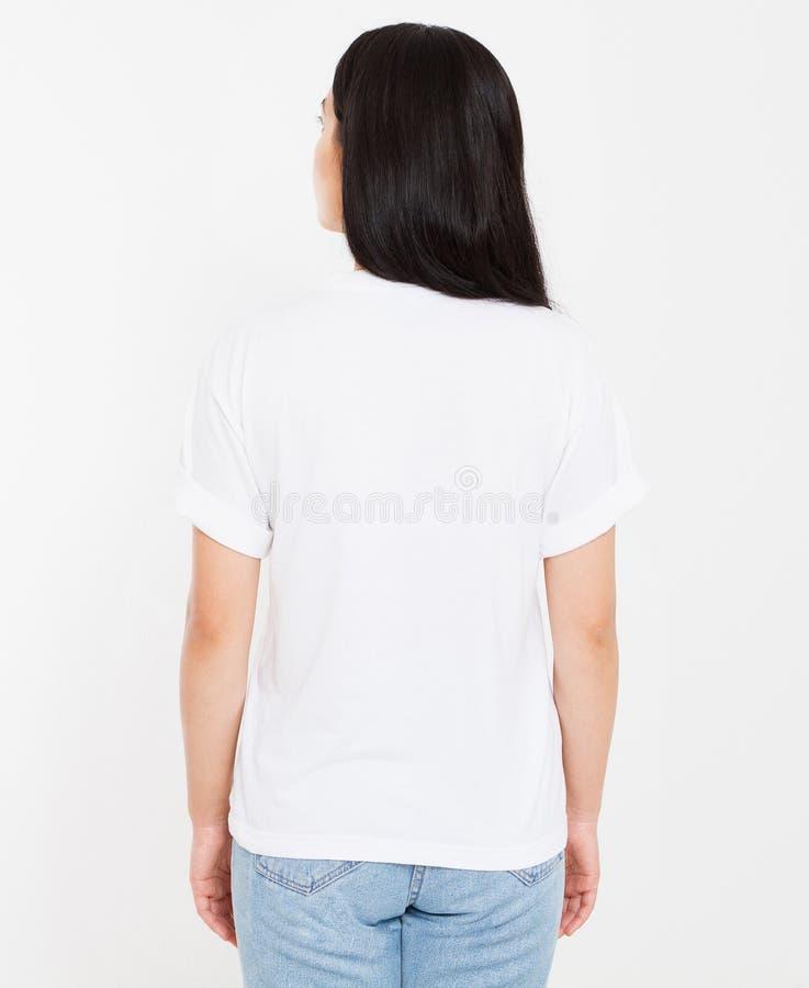 Tylnego widoku młody koreańczyk, azjatykcia brunetki kobieta w pustej białej koszulce, t koszulowy projekt i ludzie pojęć, egzami zdjęcia stock