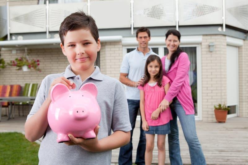 tylnej chłopiec rodzinny pieniądze oszczędzanie mały fotografia royalty free