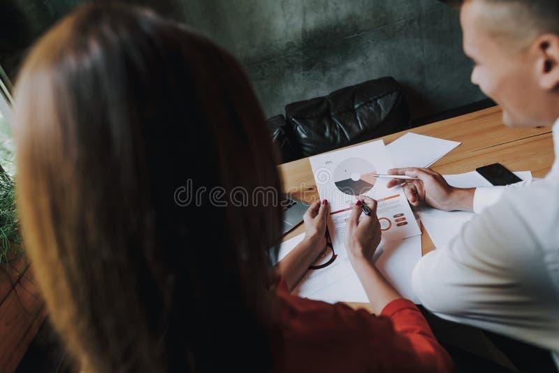 Tylnej strony mężczyzna i kobieta pracuje na projekcie zdjęcie royalty free