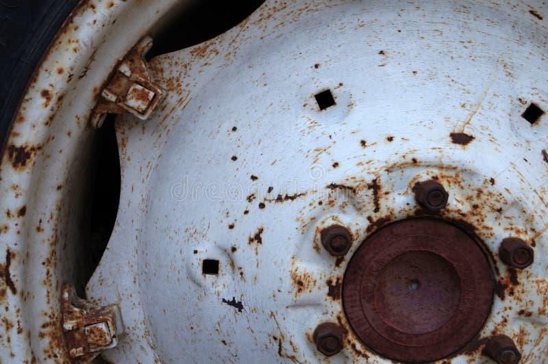 Tylni koło stary ciągnik z zrudziałymi plamami obrazy royalty free