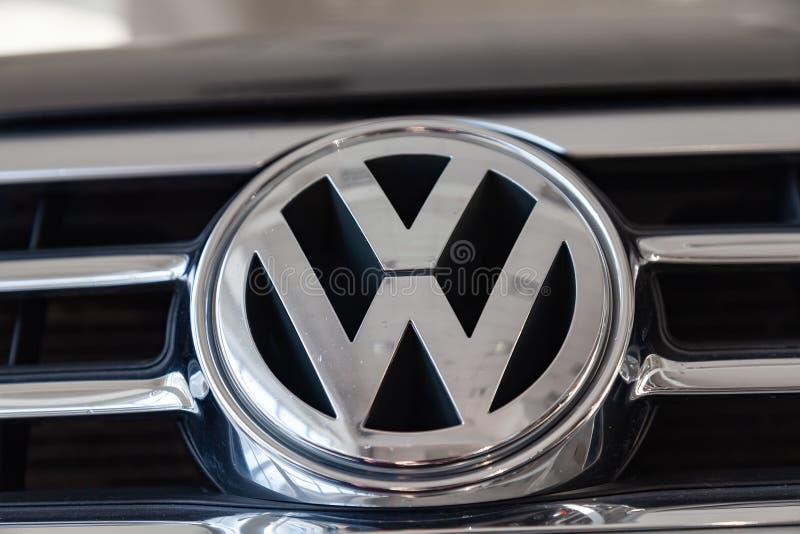 Tylni nameplate i emblemat luksusowi bardzo drodzy nowi czarni Volkswagen Touareg samochodowi stojaki w domycie pudełkowatej czek fotografia stock