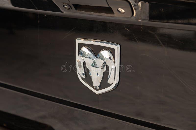 Tylni nameplate i emblemat na bagażniku luksusowy bardzo drogi nowy czarny Dodge Ram 1500 hemi 5 7 litrów samochodów stojaków w obraz royalty free