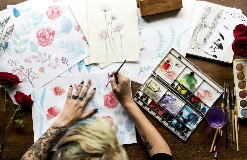 Tylni widok artysta kobiety Pracujący obraz Kwitnie Wodnego kolor o zdjęcia royalty free