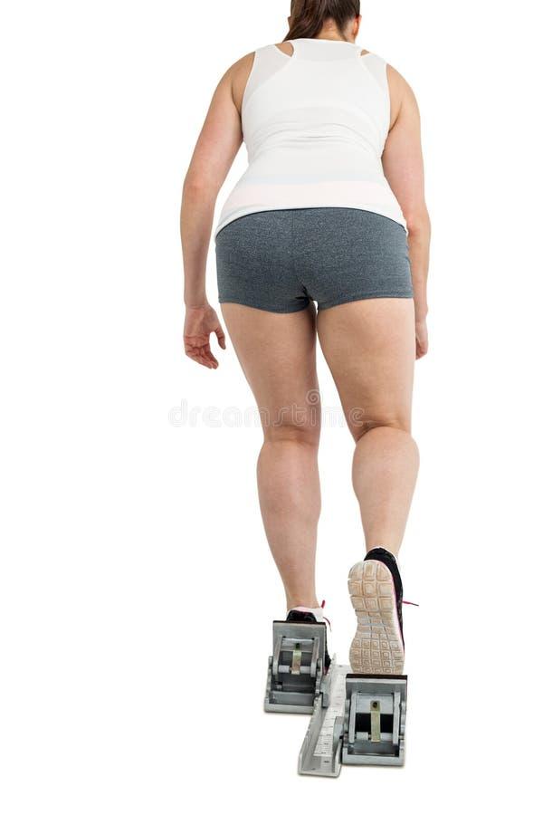 Tylni widok atlety kobiety bieg od zaczyna bloków fotografia royalty free