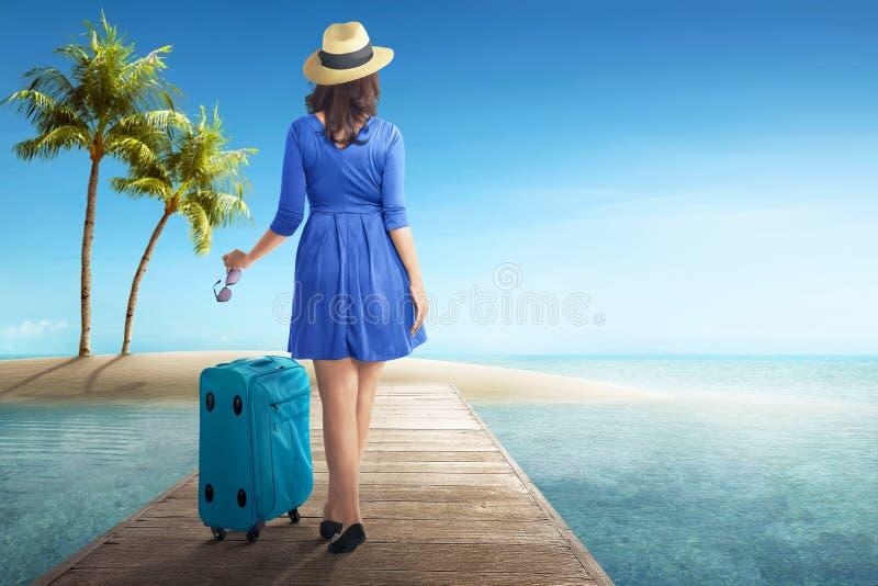 Tylni widok azjatykcia kobieta z kapeluszem i okularami przeciwsłonecznymi fotografia stock