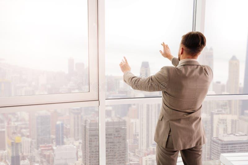 Tylni widok biznesmen używa transperant ekran fotografia stock