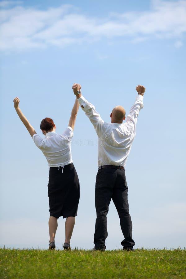 Tylni widok biznesowe pary mienia ręki w parku zdjęcie royalty free