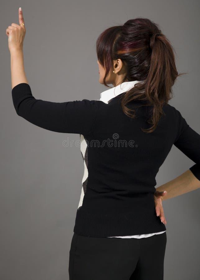 Download Tylni Widok Bizneswoman Udaje Pracować Na Wirtualnym Ekranie Zdjęcie Stock - Obraz złożonej z unaocznia, illusoriness: 41950694