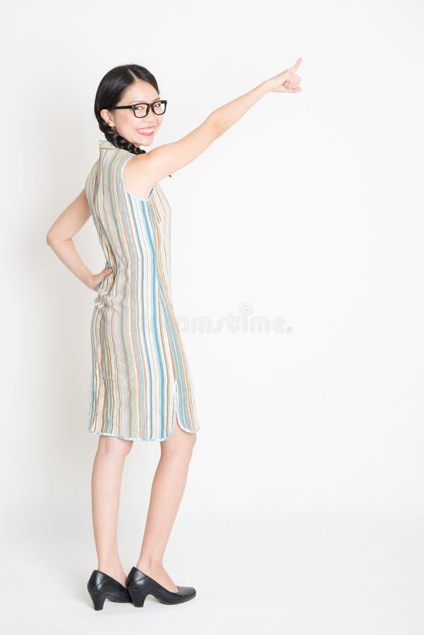 Tylni widok folował długości dziewczyny Azjatycki Chiński wskazywać obraz stock