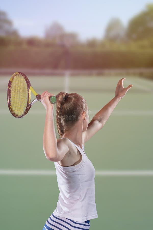 Tylni widok gracz w tenisa porcja podczas dopasowania zdjęcia stock