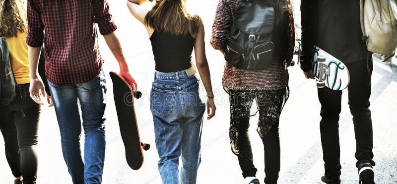 Tylni widok grupa szkolni przyjaciele chodzi outdoors styl życia fotografia stock