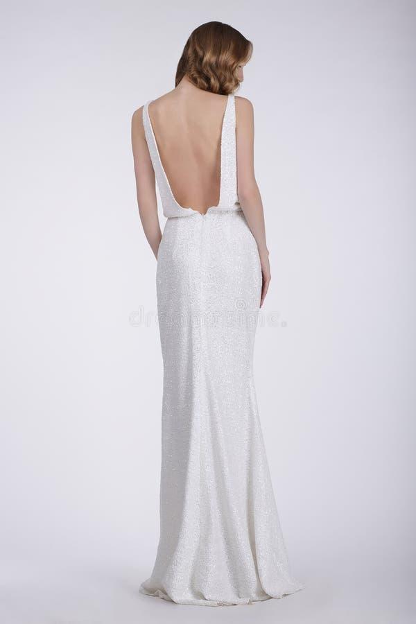 Tylni widok kobieta w bielu Tęsk suknia fotografia royalty free