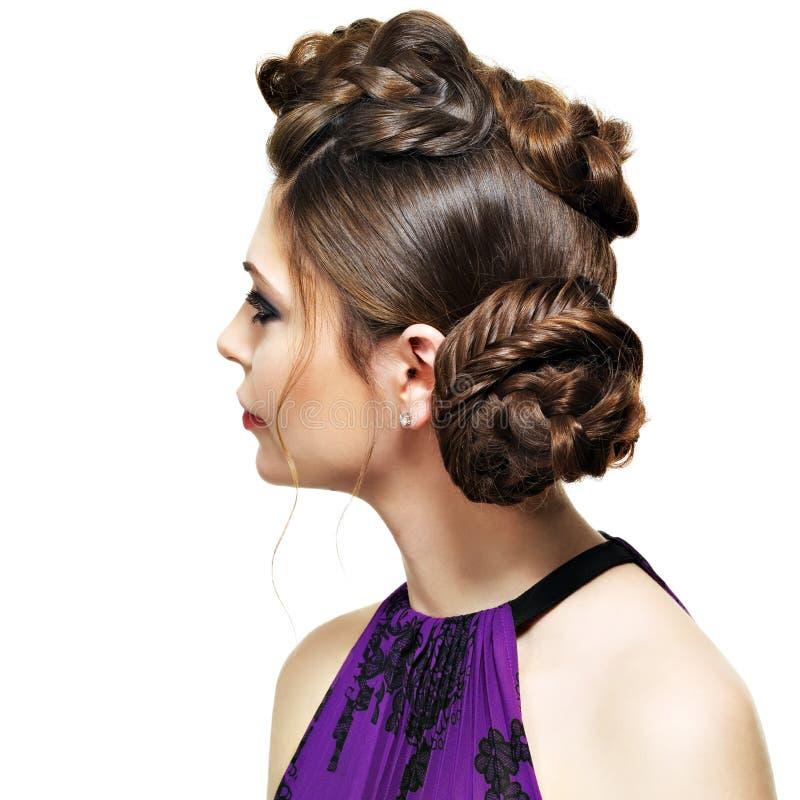 Tylni widok kobieta z kreatywnie fryzurą fotografia stock