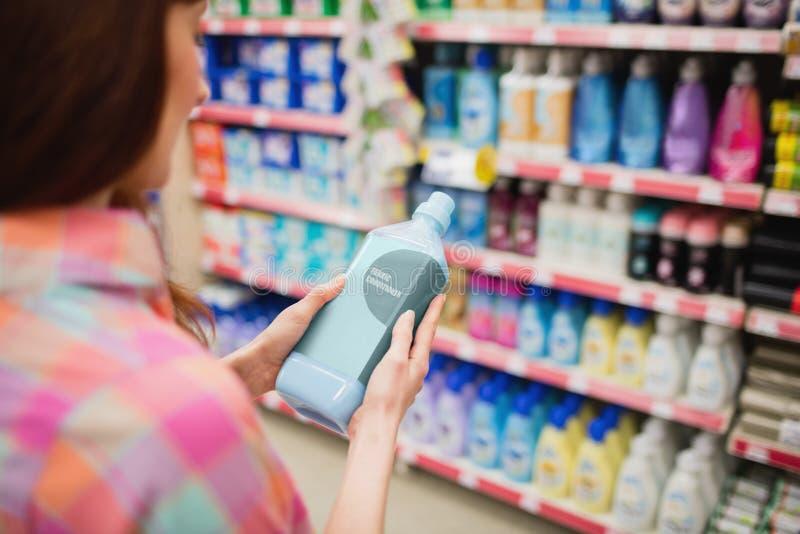Tylni widok kobiety mienia detergent obraz royalty free