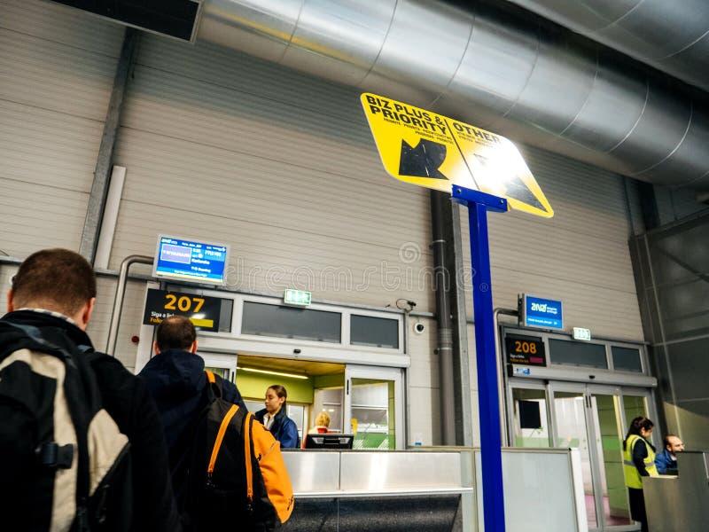 Tylni widok ludzie czeka w kolejka aborda?u lotnisku obrazy stock