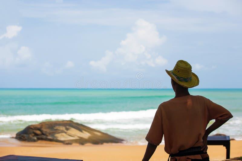 Tylni widok męski azjatykci ratownik patrzejąca fala od plaży Khao Lak, atrakcje turystyczne w Phang Nga, Tajlandia Lato obrazy royalty free