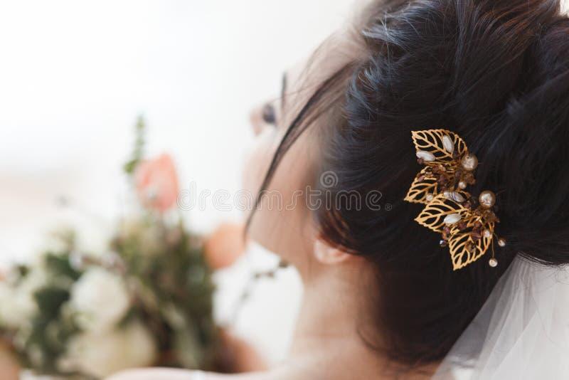 Tylni widok młoda piękna panna młoda z włosianą klamerką w włosy Fachowy makijaż i styl zdjęcia stock