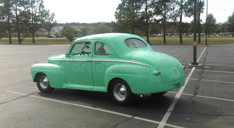 Tylni widok mennicy zieleni antyka pojazd zdjęcie royalty free