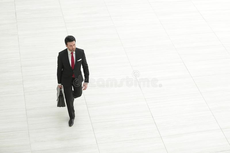 Tylni widok od daleko biznesmen z rzemienną teczką obrazy royalty free