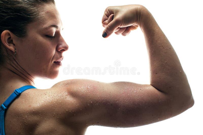 Tylni widok pokazuje bicepsów mięśnie sprawności fizycznej kobieta obrazy royalty free
