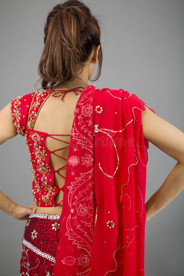 Download Tylni Widok Potomstwo Kobiety Indiańska Pozycja Z Jej Rękami Akimbo Zdjęcie Stock - Obraz złożonej z kobieta, potomstwa: 41952152