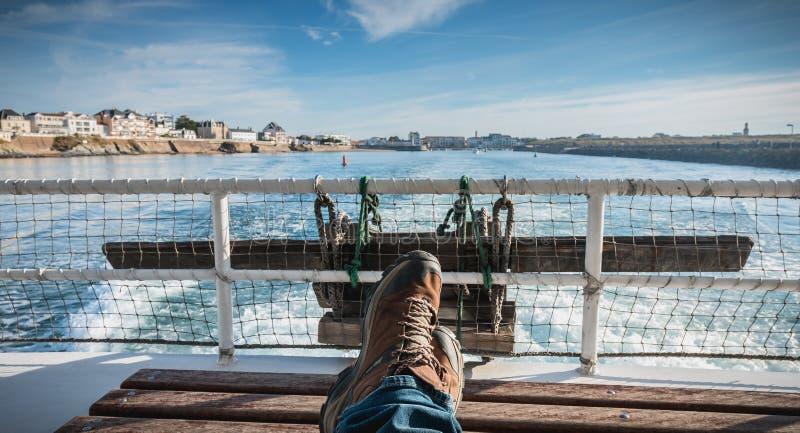 Tylni widok prom opuszcza port obraz stock