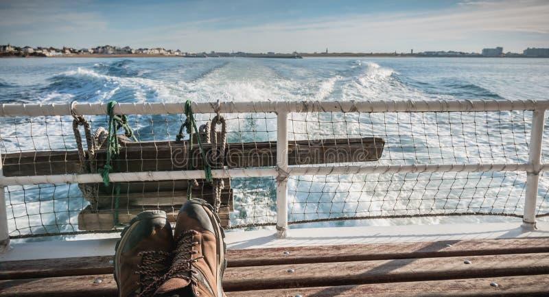 Tylni widok prom opuszcza port obrazy royalty free