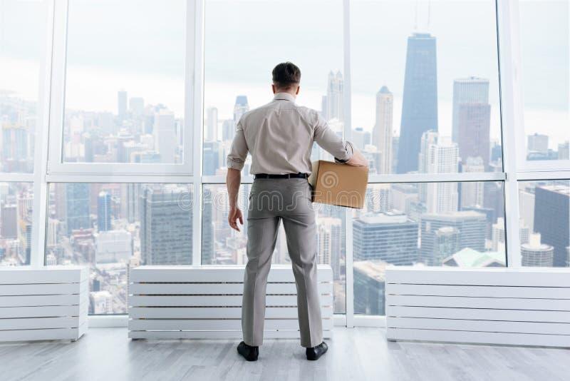 Tylni widok przyjemna pracownik pozycja w biurze fotografia stock