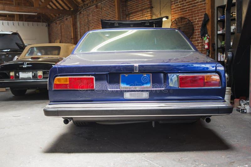 Tylni widok rocznika klasyczny samochód w remontowym sklepie zdjęcie royalty free